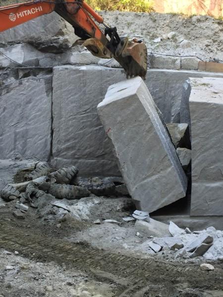 お墓と原石②