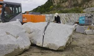 「うごかない~!」大きな石を割る